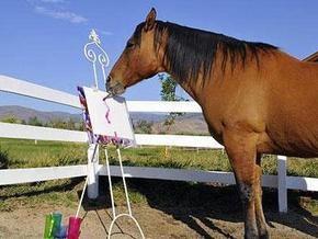 Открывается выставка картин, нарисованных конем