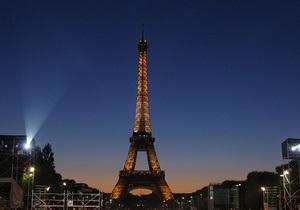 взрыв - эвакуация - Эйфелева башня - Париж - Эйфелева башня возобновила работу после эвакуации посетителей из-за возможности взрыва