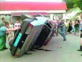 Жители села на Закарпатье перевернули автомобиль ГАИ