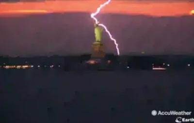 В Нью-Йорке молния ударила в статую Свободы