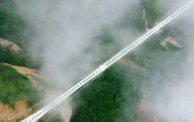В Китае открыли самый высокий и длинный стеклянный мост