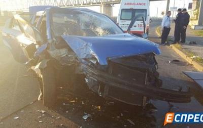 В Киеве такси врезалось в столб: погибла девушка