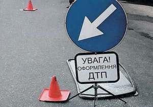В Киеве автомобиль сбил двух детей на остановке