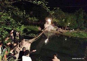 Новости Китая - новости города Фэнхуан - новости провинции Хунань рухнул мост -В Китае рухнул мост, на котором в этот момент находились десятки пешеходов