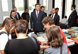 Янукович купил в Музее Акрополя книги для себя и внуков
