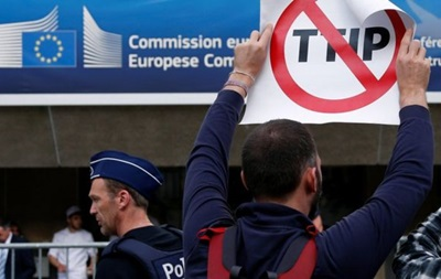 Франция попросит прервать переговоры о зоне торговли с США