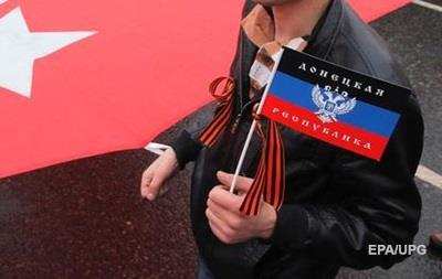 На территории школы в Мариуполе заметили флаг ДНР