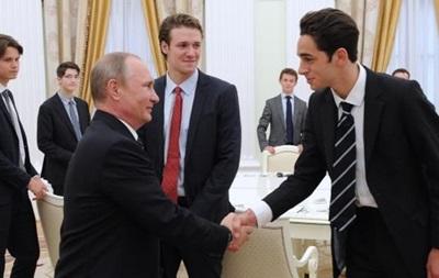 Кремль попросил ИА удалить фото Путина со студентами Итона