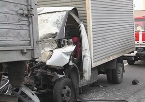 В Киеве Газель врезалась в припаркованный грузовик