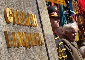 В трех областных центрах сессии местных облсоветов состоятся у памятников Бандере