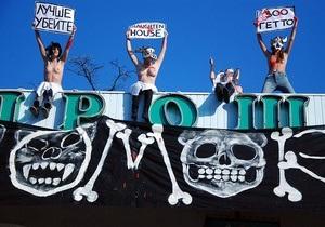 Активистки FEMEN разделись на крыше Киевского зоопарка