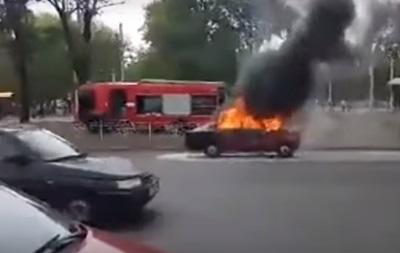 Возле метро Черниговская загорелось авто