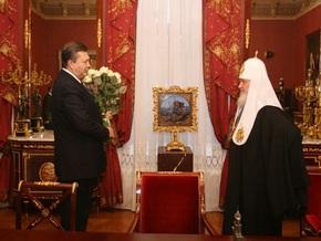 Янукович принес патриарху Кириллу белые розы