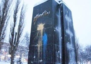 В Чернигове в канун приезда Ющенко памятник Ленину облили синей и желтой краской