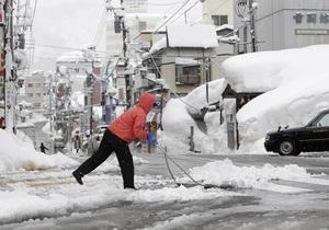 Япония: из-за сильнейших снегопадов парализовано движение транспорта