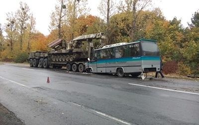 В Винницкой области автобус столкнулся с военным тягачом