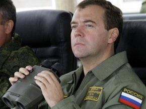 Медведеву подарили тельняшку и берет морпеха