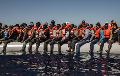 У берегов Италии спасли тысячу мигрантов