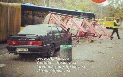 В Киеве водитель на Lada снес остановку