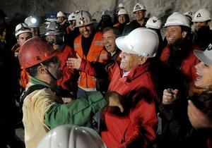 Президент Чили предложил вызволенным шахтерам сыграть в футбол со своими спасателями