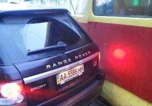 В Киеве внедорожник припарковался на трамвайных путях, устроив пробку