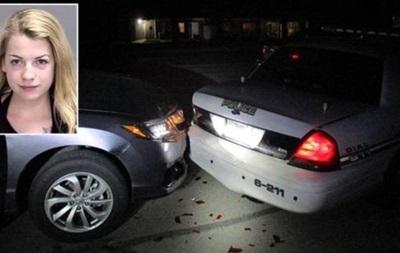 В США студентка врезалась в машину копов, делая селфи с голой грудью