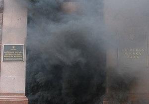 Киевскую мэрию забросали дымовыми шашками