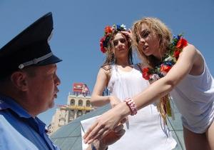 Фотогалерея: С легким паром! Водные процедуры активисток FEMEN прервал Беркут