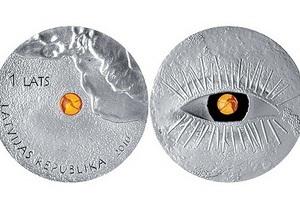 Банк Латвии выпустил монету с янтарем