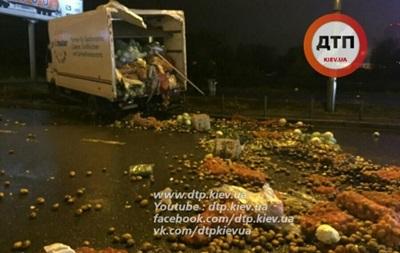 Проспект Бажана в Киеве засыпало овощами из-за ДТП