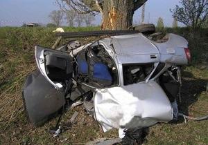 В Киевской области Лада врезалась в дерево: трое погибших