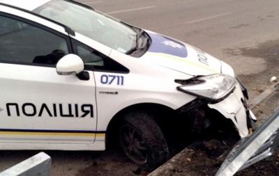 В Днепре патрульное авто снесло металлический забор
