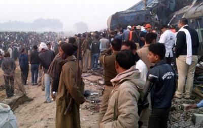 Растет число жертв крушения поезда в Индии