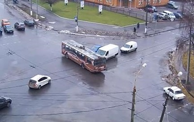 В Хмельницком троллейбус проехал по улице без электролинии