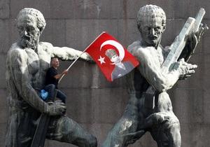 В Стамбуле полиция вновь разгоняет демонстрантов