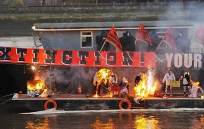 В Лондоне сожгли коллекцию вещей Sex Pistols на шесть миллионов