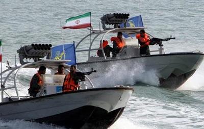 Патрульный катер Ирана навел оружие на вертолет США