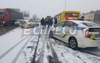В Киеве Volkswagen врезался в грузовик, полицейских и маршрутку