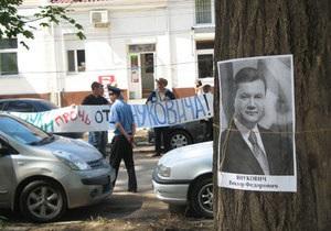 Руки прочь от Януковича: В Симферополе портреты Президента использовали для защиты каштанов