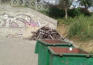 В Киеве вандалы выбросили на свалку таблички с названием сел, уничтоженных во время Голодомора
