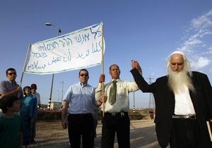 Нападение на мечеть на Западном берегу: группа израильтян подарила палестинцам десяток экземпляров Корана
