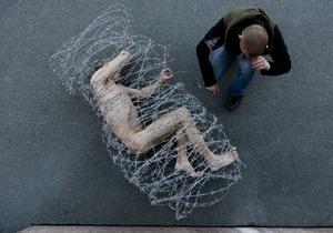 В знак протеста петербургский художник нагой обмотался колючей проволокой