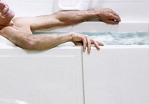 Немка обнаружила утром в ванной незнакомого душевнобольного
