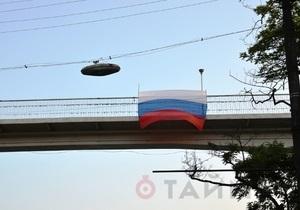 Нетипичное поздравление: в Одессе на Тещином мосту неизвестные вывесили российский флаг
