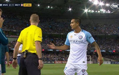 Австралийский футболист получил красную карточку за«гребанное свинство»