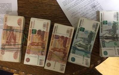 Таможенники задержали водителя, который пытался вывезти вкарманах 1,6 млн руб.