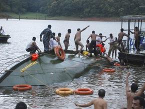 На озере в Индии опрокинулось судно с туристами: 18 человек погибли
