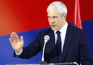 Машину президента Сербии забросали камнями на западе Косова