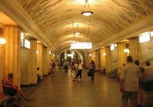 В московском метро мужчина скончался от удара зеркалом поезда