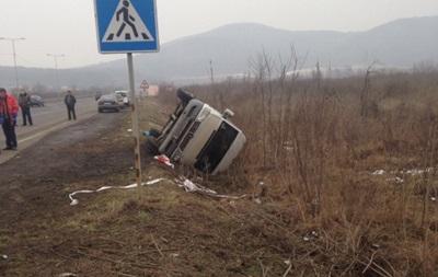 Автобус перевернулся вкювет вЗакарпатской области, семь человек получили травмы